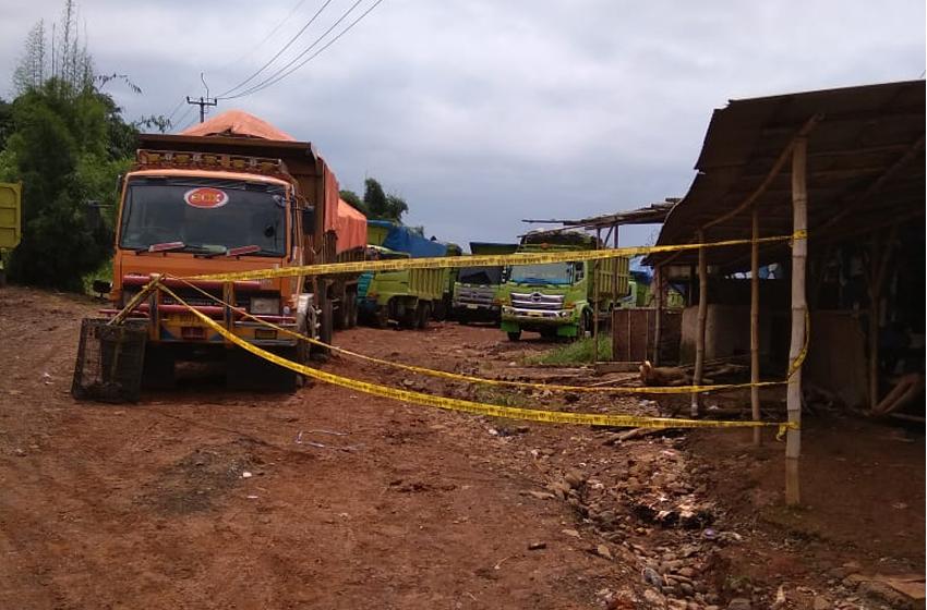 Polda Jabar tutup galian tanah merah di Desa Sukajaya, Kecamatan Sukatani, Purwakarta. (foto: dani y)