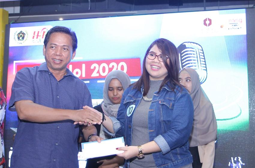 Nindya menerima hadiah dari ketua PWI Jatim. (foto: poedji)