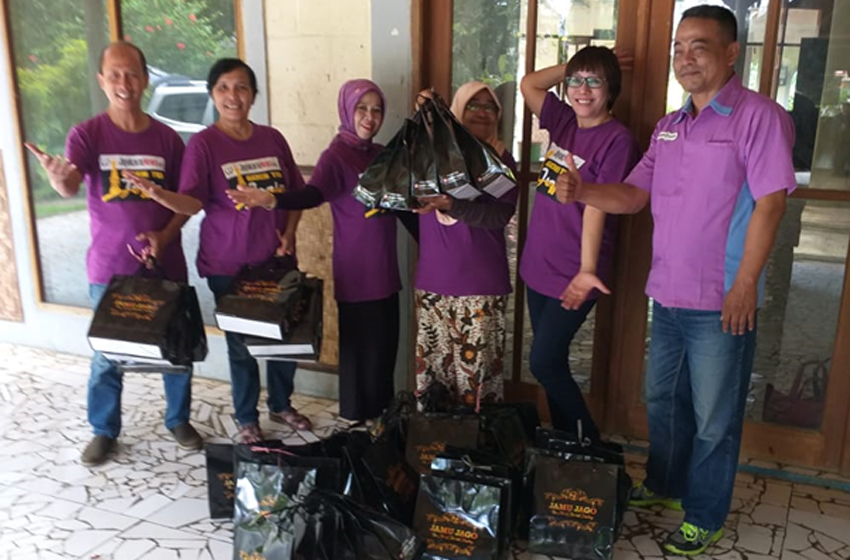 Koordinator Pemasaran Wilayah Jakarta PT Industri Jamu Jago, Suhardi (paling kanan) ketika menyerahkan 'goodie bag' kepada teman-teman Jayakarta News, 1 Februari 2020 di Villa Caringin, Bogor. (dok jayakarta news)