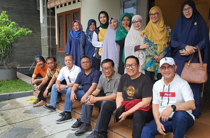 Foto bersama di depan kediaman Muhaimin. (foto: al fath 09)