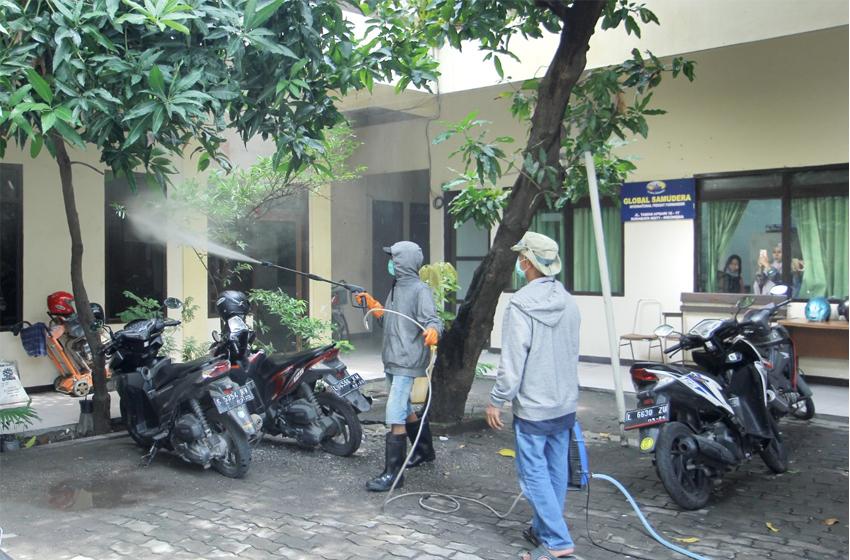 Kompleks kantor PWI Jatim yang disemprot petugas untuk mencegah meluasnya virus corona. (foto: poedji)
