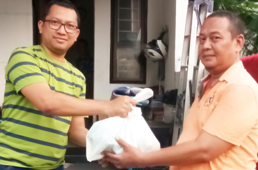 Ketua Koordinator Warga Perumahan Pesona Jatibening Residence, menyerahkan sumbangan paket sembako untuk warga, diterima secara simbolis oleh Sekretaris RT 08/04. (foto : nanang)