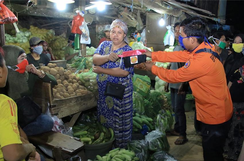 "Pengunjung Pasar Abaikan ""Jaga Jarak"""