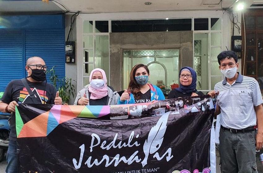 Nia Daniaty dan Jurnalis Peduli Bagikan 300 Nasi Kotak