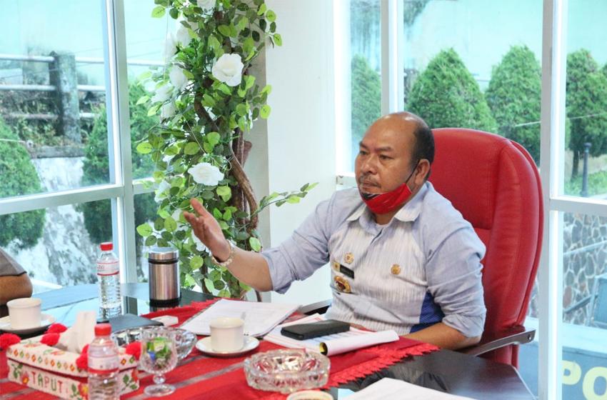 Bupati Tapanuli Utara, Drs. Nikson Nababan, M. Si saat memimpin Rapat Koordinasi bersama Forkopimda Taput di ruang kerjanya terkait tindak lanjut Penangangan Penyebaran Covid-19 di Kabupaten Taput. (Foto. Ist)