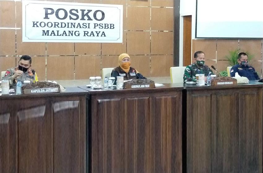 Khofifah saat memimpin rapat di kantor Bakorwil Malang Rabu(27/5) malam. (foto: poedji)