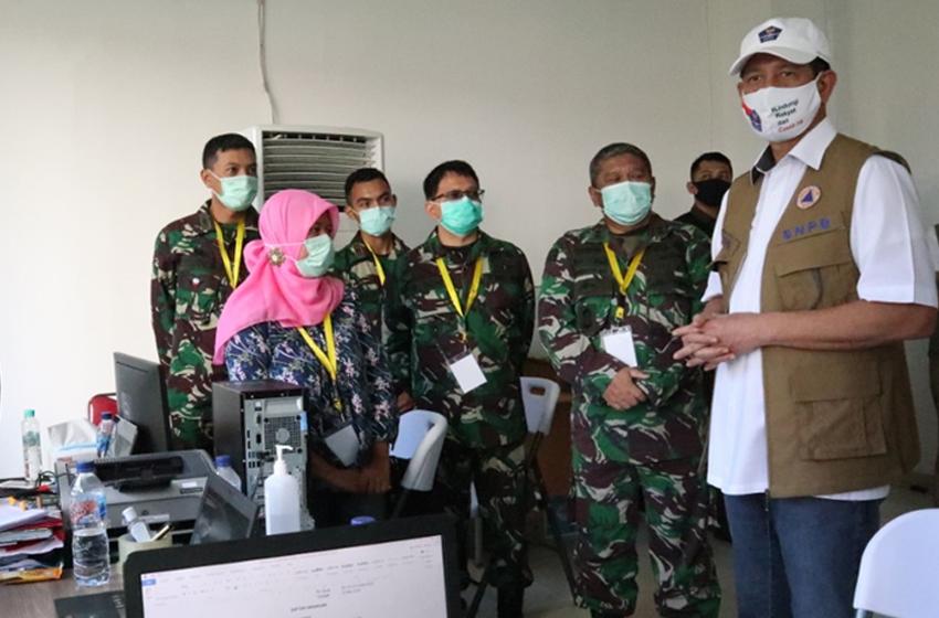 Ketua Gugus Tugas Percepatan Penanganan Covid-19, Letjen TNI Doni Monardo meninjau RS Darurat Wisma Atlet Kemayoran, Jakarta di hari kedua Idul Fitri. (foto: BNPB)