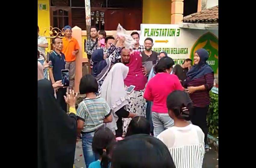 Ketua RW Terpilih Mandi Kembang dan Mercon