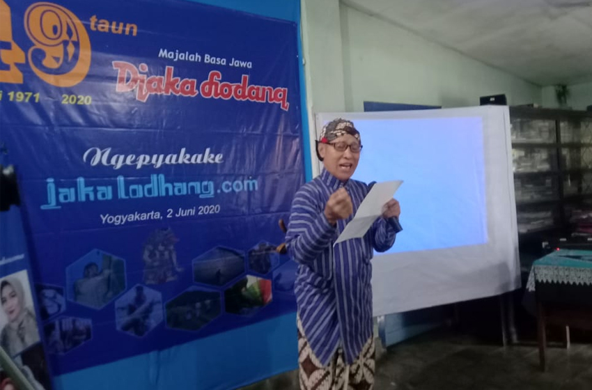 """R. Bambang Nursinggih, S.Sn membacakan """"kidung donga"""" memperingati 49 tahun majalah berbahasa Jawa """"Djaka Lodang"""" sekaligus meluncuran website jakalodang.com. (foto: ist)"""