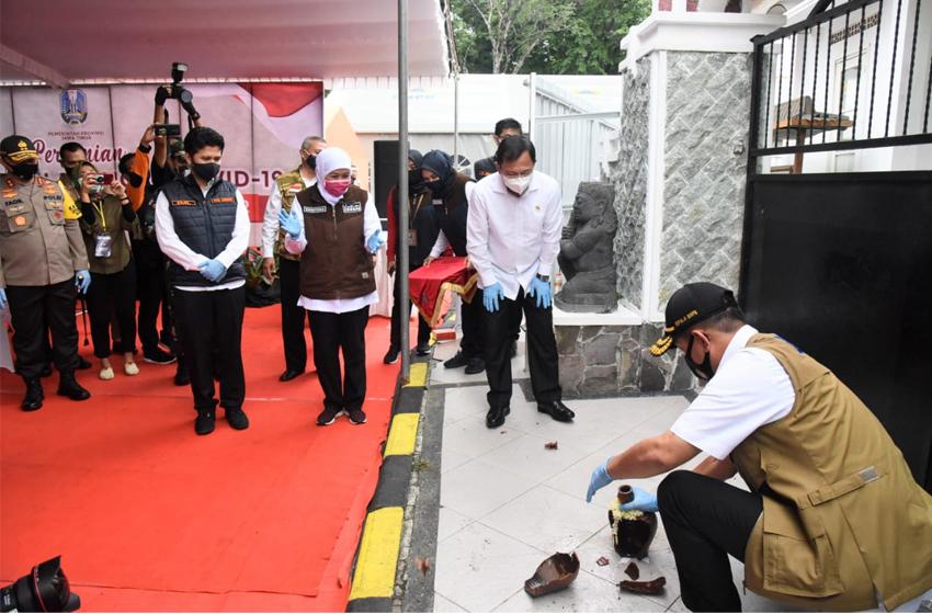 Ketua Gugus Tugas Covid-19, Letjen TNI Doni Monardo saat memecahkan kendi tanda diresmikannya RS Lapangan Jatim disaksikan Menkes, Gubernur Jatim dan Wagub Jatim. (foto: poedji)