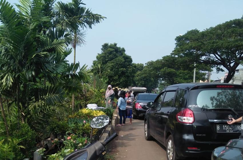 Mobil berderet-deret di Jalan Juanda Depok. Mereka adalah para konsumen tanaman hias. (foto: roso daras)