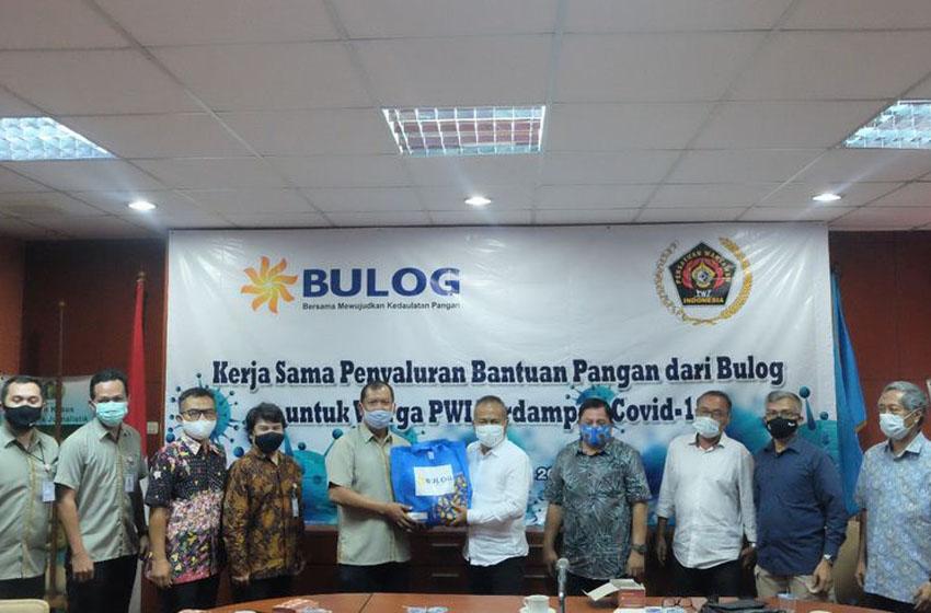 Sekretaris Perusahaan Perum Bulog Awaludin Iqbal menyerahkan bantuan sembako kepada PWI Pusat–foto humas PWI Pusat