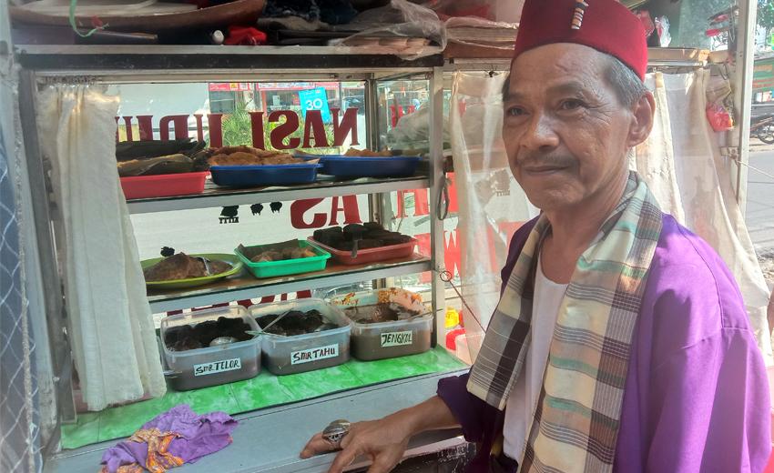 Bang Dul penjual Nasi Ulam dan Nasi Uduk Khas Betawi Asli di Jalan Lapang Tembak, Cibubur. Jakarta Timur. (Foto.: Monang Sitohang)