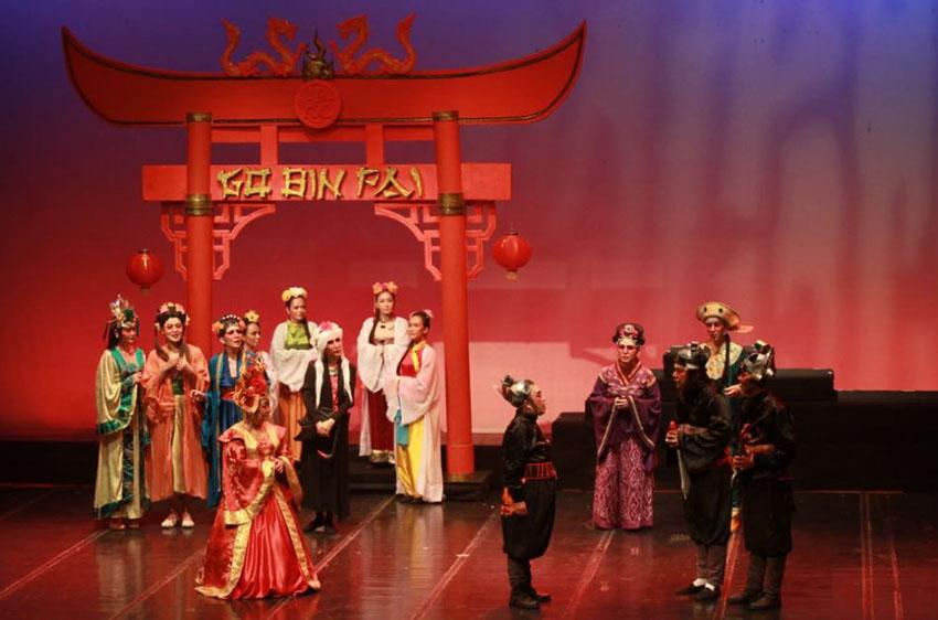 Adegan lakon 'Sri Eng Thay' yang dimainkan oleh pelawak, pemain drama, atlet wushu dan penari—foto : Image Dynamic