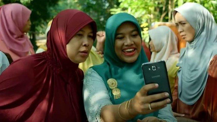 Siti Fauziah Saekhoni (berjilbab tosca) di film 'Tilik'  (foto Ravacana Films)