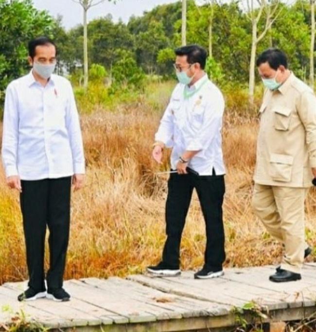 Presiden Joko Widodo bersama Menteri Pertanian Syahrul Yasin Limpo dan Menteri Pertahanan Prabowo Subianto