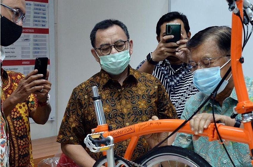 Mantan Wapres yang juga Ketua PMI Pusat, Jusuf Kalla menandatangani sepeda Brompton yang hari ini (11/8/2020) akan dilelang di PMI DKI Jakarta, Kramat, Jakarta Pusat. (foto: egu)