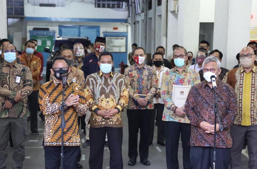 Mendagri Tito Karnavian dan Ketua KPU Arief Budiman di Kantor KPU Pusat, Jakarta, Kamis (27/7/2020)—foto puspen kemendagri