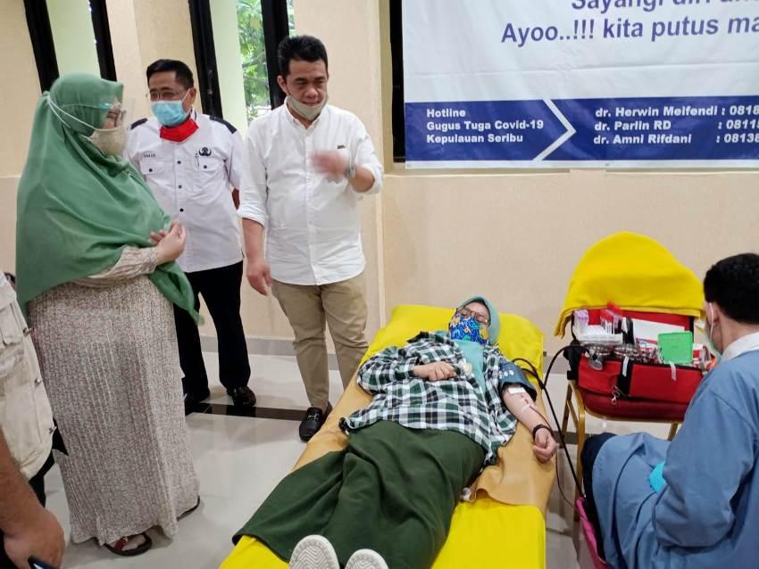 Wagub DKI Ahmad Ariza Patria berdialog dengan salah seorang peserta donor darah.