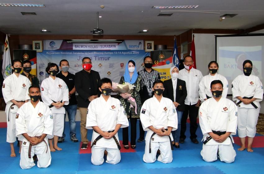 Arumi Dardak foto bersama dengan para atlet kempo. (foto: poedji)