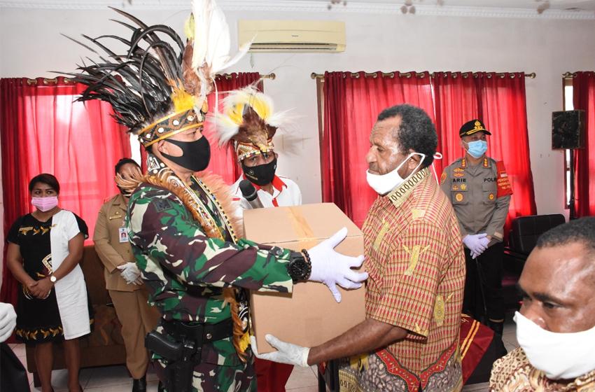 Komandan Jenderal Kopassus Berbagi Puluhan Ribu Paket Sembako dalam Memperingati HUT RI  di Masa Pandemi
