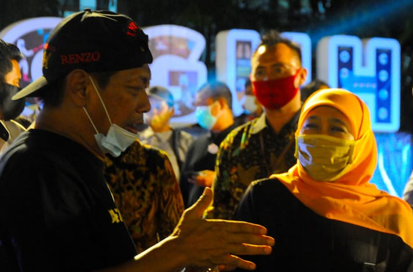 "Prof Hermawan ""Kikiek"" Sulistyo berbincang dengan Gubernur Jawa Timur, Khofifah Indar Parawansa, di halaman Balaikota Surabaya, Rabu (12/8/2020) malam. (foto: firman)"