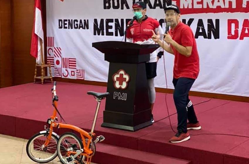 Suasana lelang sepeda Brompton di PMI DKI Jakarta, dalam rangka menggalang dana sosial (charity). Sepeda dengan tanda tangan Jusuf Kalla dan Sandiaga Uno ini terjual dengan harga penawaran tertinggi Rp 200 juta. (foto: egu)