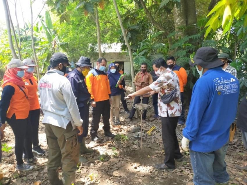 Proses penelitian potensi bencana likuefaksi atau tanah gerak yang dilakukan di Lumajang. (Foto : BPBD Jatim)