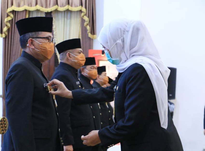 Gubernur saat melantik pejabat walikota/bupati(foto:poedji)