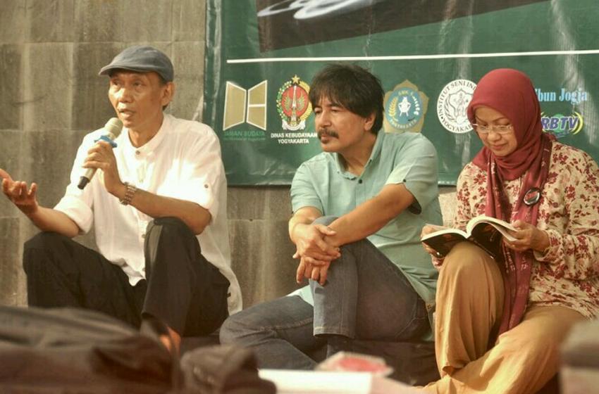 """Bambang J. Prasetya (kiri), bersama Roso Daras (tengah), dan Prof Yudiaryani (kanan), dalam salah satu acara bedah buku """"Teater Alam"""" di Yogyakarta. (foto: dok TA)"""