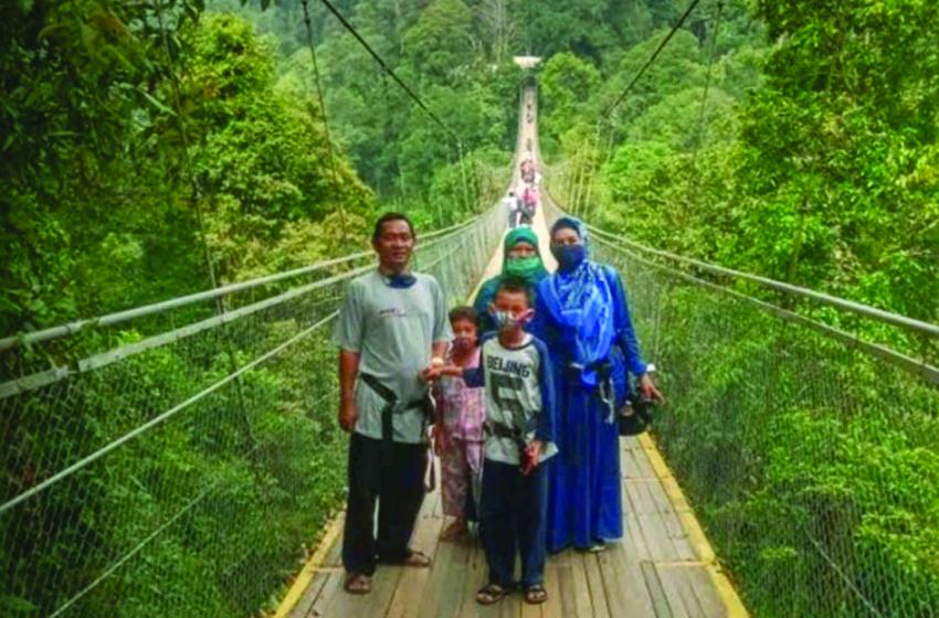 Keluarga Hj Isah berfoto di atas jembatan tangung Situ Gunung, Sukabumi. (foto: ist)
