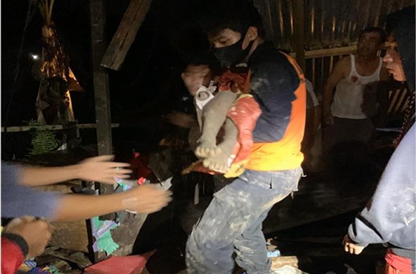 Evakuasi korban tanah longsor di Tarakan. (foto: BNPB)