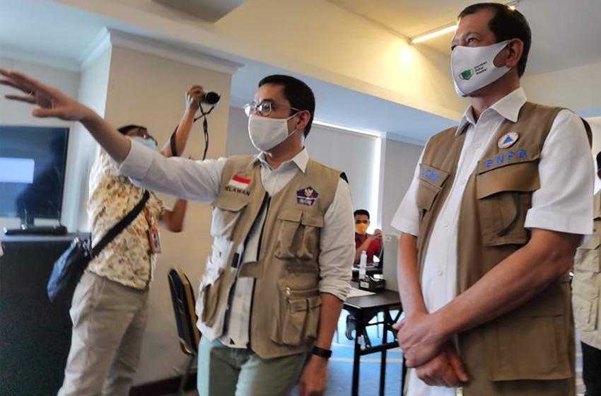 Ketua Tim Koordinator Relawan Satgas Covid-19, Andre Rahadian dan Ketua Satgas Covid-19, Letjen TNI Doni Monardo. (foto: BNPB)