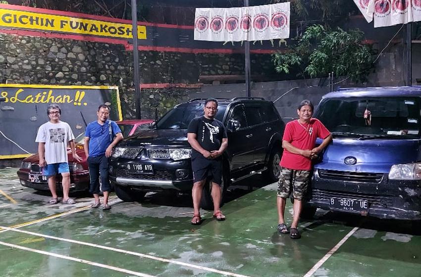 "Tim advance Yayasan Renzo yang siap terjun. Dari kiri: Dekos, Aon, Putu, dan Hermawan ""Kikiek"" Sulistyo. (foto: Renzo)"