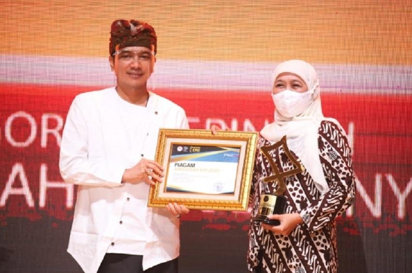 Gubernur Khofifah Terima Penghargaan dari KPI