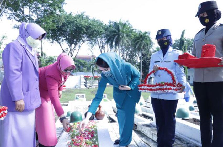 Peringati Hari Ibu, Arumi Ziarah dan Tabur Bunga di TMP
