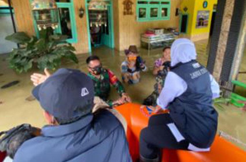 Menggunakan Perahu Karet Khofifah Tinjau Rumah Korban Banjir di Pamekasan