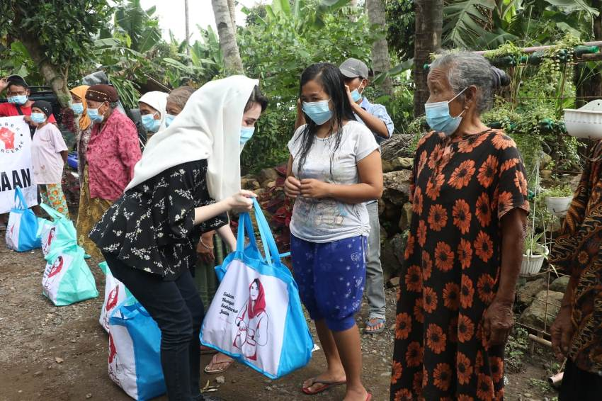 Arumi Serahkan Bantuan untuk Korban Banjir