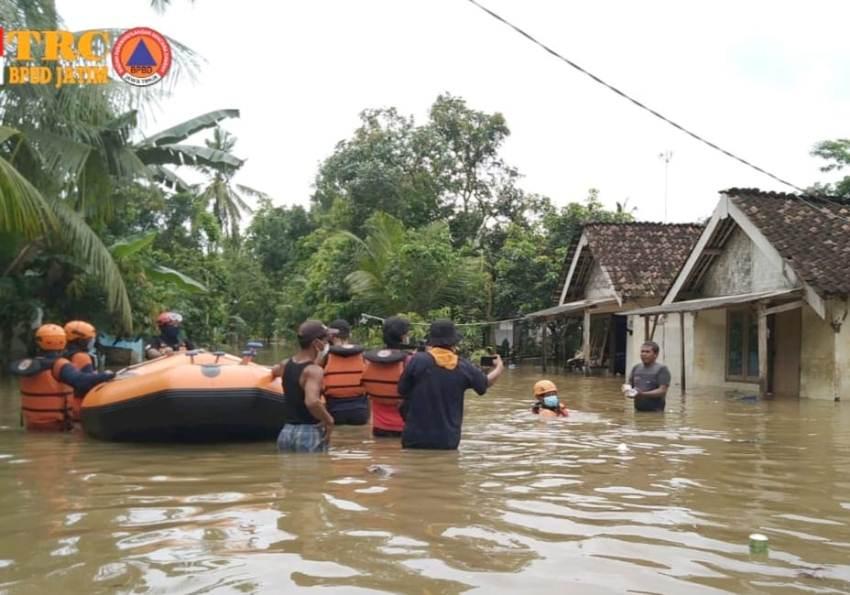 Bantu Banjir di Jember, BPBD Kirim Perahu Karet dan Bantuan Logistik