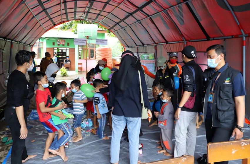 Anak-Anak Pengungsi Diajak Bermain dan Belajar
