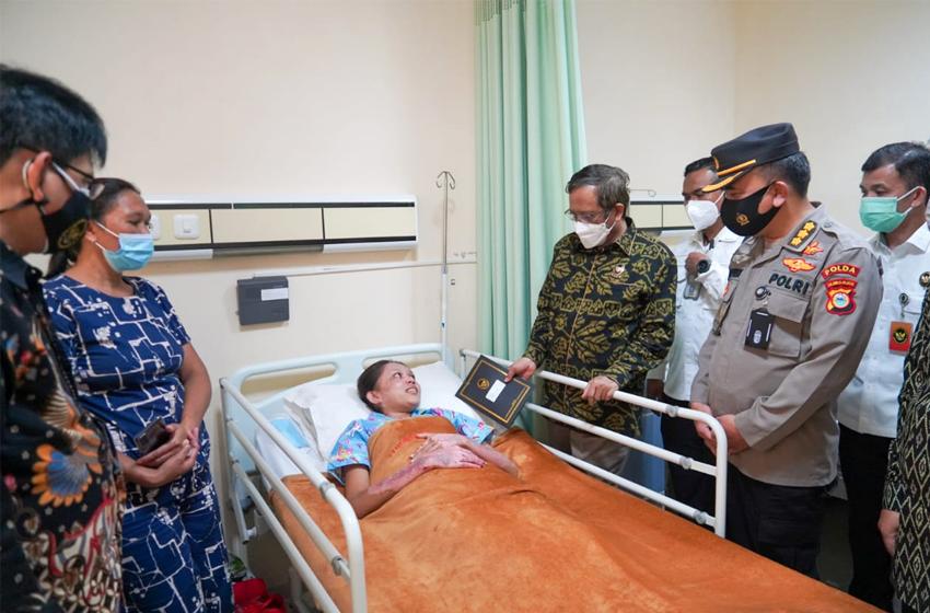 Usai Khutbah, Mahfud MD Jenguk Korban Pengeboman