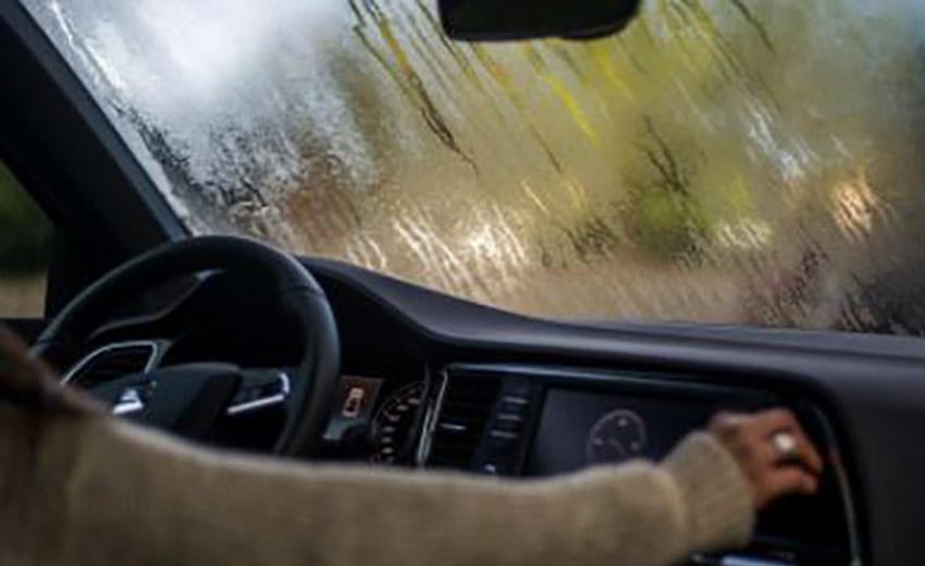 Tips Mengatasi Kaca Mobil Berembun Saat Hujan