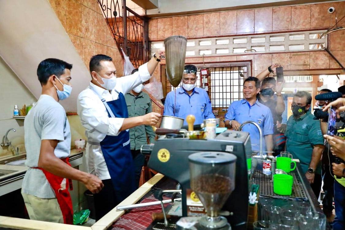 Bamsoet 'Ngebarista' di Kedai Solong Coffe