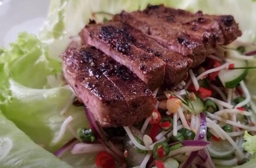 Ayo Bikin 'Thai Beef Salad' Gampang Banget! Ini Resepnya