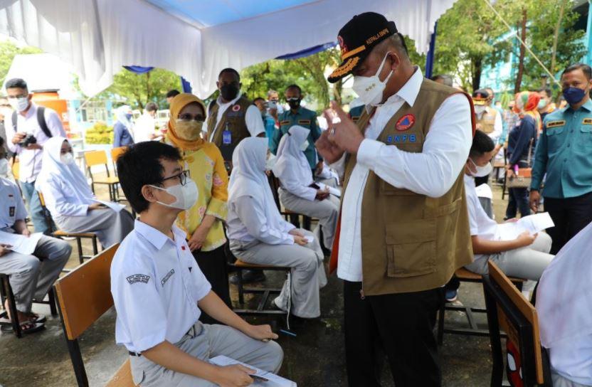 Tinjau Vaksinasi Pelajar SMAN 8 Pekanbaru, Ka BNPB Apresiasi IDI Riau