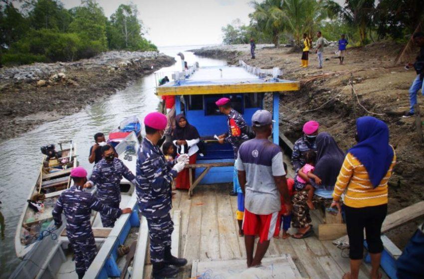 Jemput Bola, Korps Marinir AL Lakukan Vaksinasi Covid pada Masyarakat Nelayan Muara Dusun Hanock, Sorong