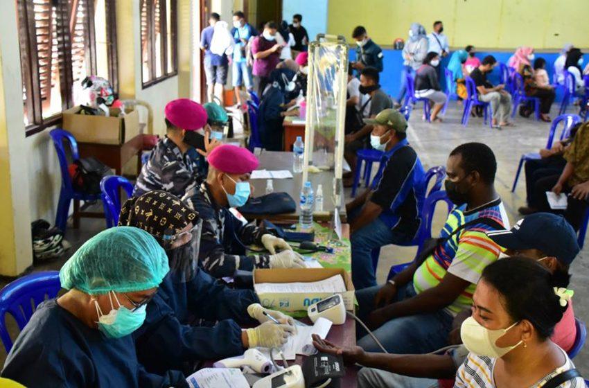 Bersama Puskesmas Malawei, TNI AL Gelar Serbuan Vaksinasi di Distrik Sorong