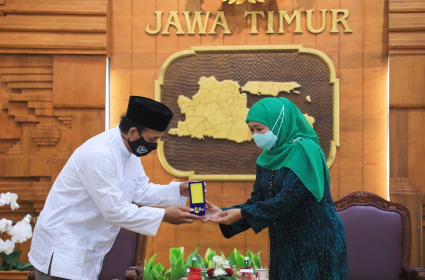 Penghargaan Jer Basuki Mawa Beya Emas Untuk Pencipta Shalawat Badar