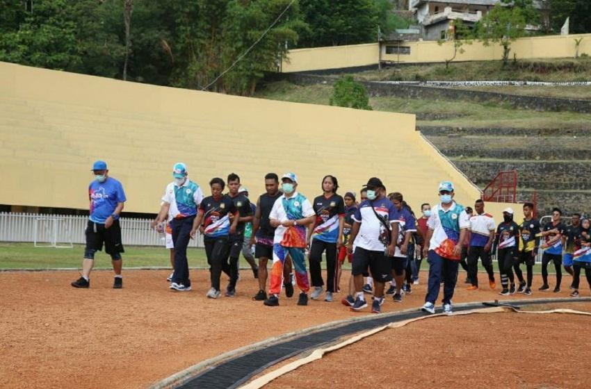 Menko PMK Lari Keliling Dua Putaran Stadion Papua Bersama Para Atlet