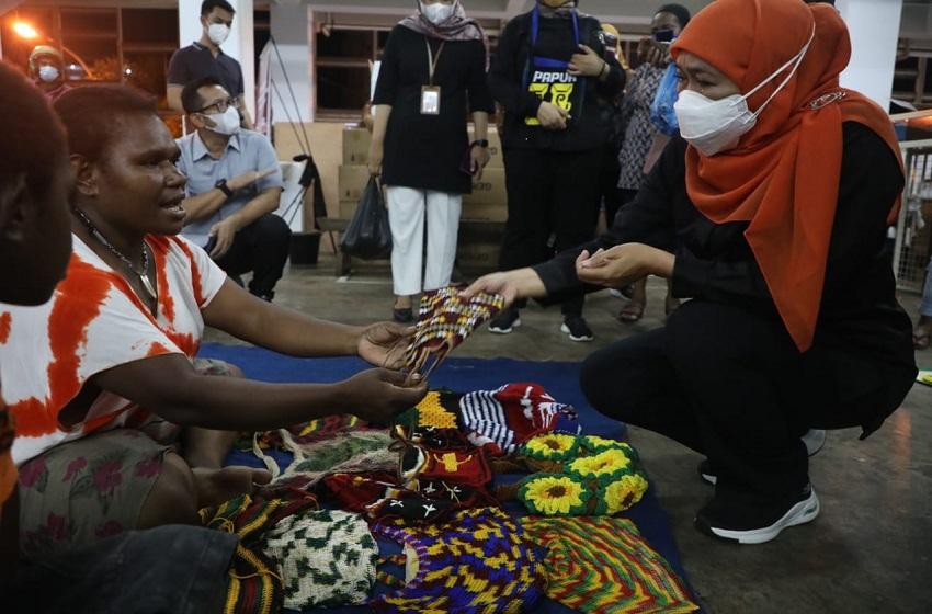 Gubernur Khofifah Borong Noken untuk Oleh-oleh di Pasar Mama-Mama